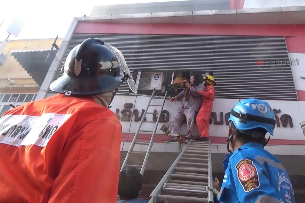 ไฟไหม้โชว์รูมรถ จยย.กลางเมืองหาดใหญ่ จนท.เข้าช่วย 3 พ่อลูกติดอยู่ชั้น 2 ปลอดภัย