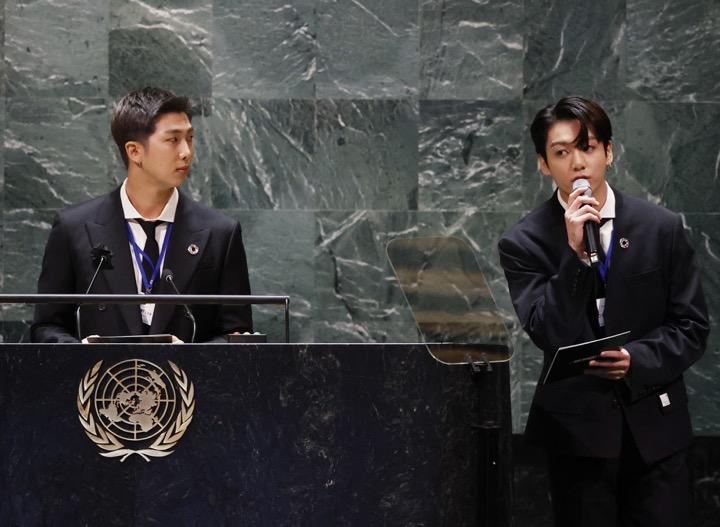 BTS ขึ้นพูดที่ UN เรียกร้องความเป็นธรรมให้วัยรุ่นที่กำลังสูญเสียช่วงที่ดีที่สุดในชีวิตเพราะ COVID