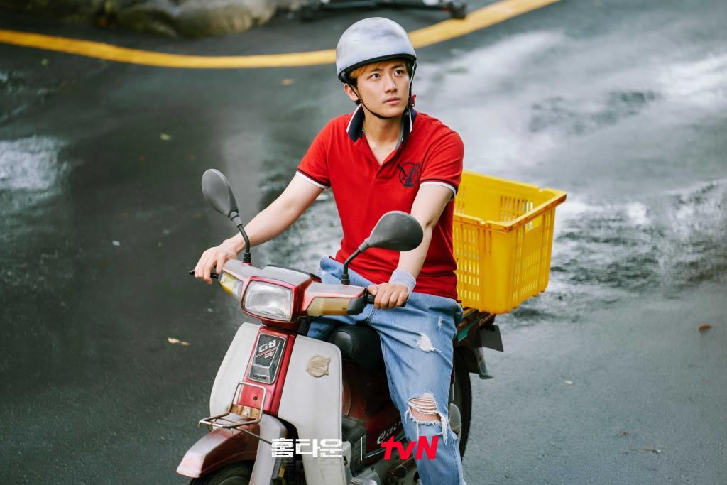 คิมซินบี รับบทเป็น คิมกวานยู อดีตเด็กดมกาว ที่กลับใจ เป็นผู้ช่วยงานในร้านอาหารจีนซุก ของ จองฮยอน