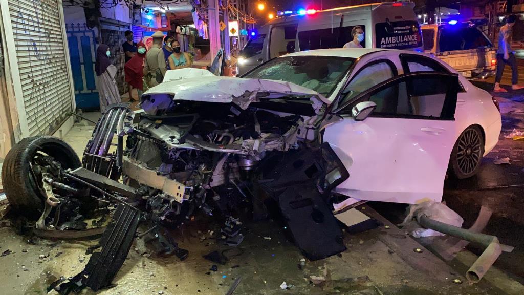 สาวซิ่งเบนซ์ฝ่าเคอร์ฟิวพุ่งชนร้านเช่าชุดแต่งงานย่านคลองตัน รถล้อหลุดพังยับ คนขับเจ็บสาหัส