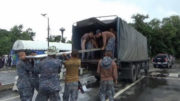 ทหารจากกองบินที่ 21 และเจ้าหน้าที่เทศบาลนครอุบลราชธานี ช่วยกันขนย้ายสิ่งชองจำเป็นให้ชาวบ้านริมแม่น้ำมูล ที่ได้รับผลกระทบจากน้ำท่วม