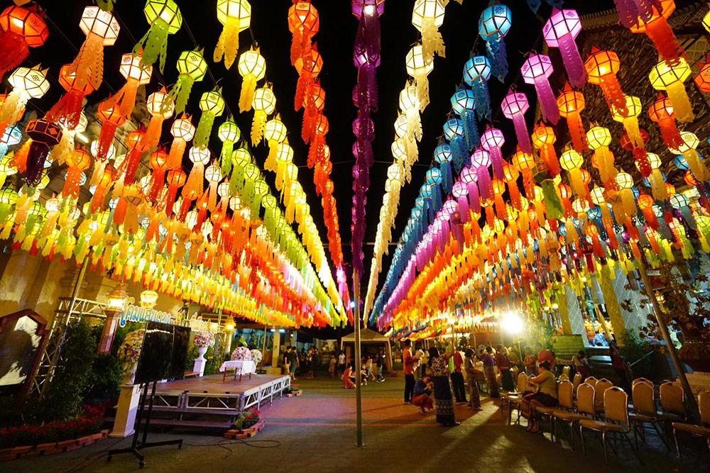 """เริ่มแล้ว """"เทศกาลโคมแสนดวงลำพูน"""" อลังการโคมหลากสีสัน ที่วัดพระธาตุหริภุญชัย"""