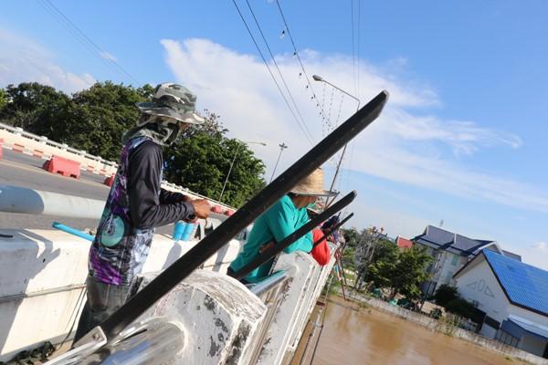 ชาวบ้านออกยิงปลา สร้างรายได้ช่วงน้ำท่วมคึกคัก