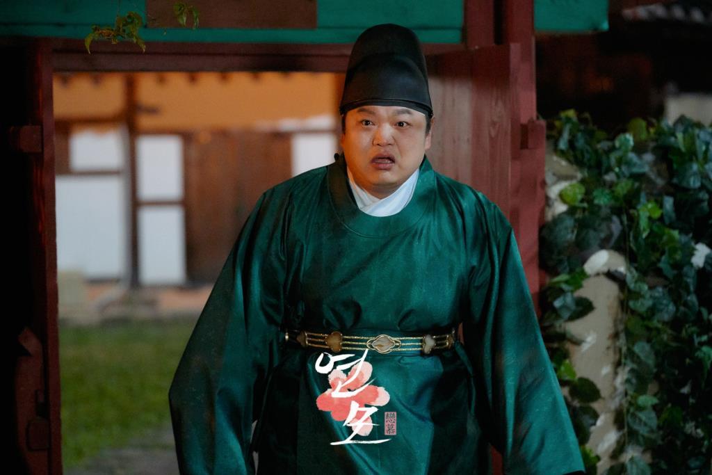 โกกยูพิล รับบทเป็น ฮงบกดง หรือขันทีฮง คนสนิทที่คอยดูแลองค์ชายอีฮวีมาตั้งแต่เด็กๆ และเป็น 1 ในไม่กี่คนที่รู้ความลับขององค์รัชทายาท