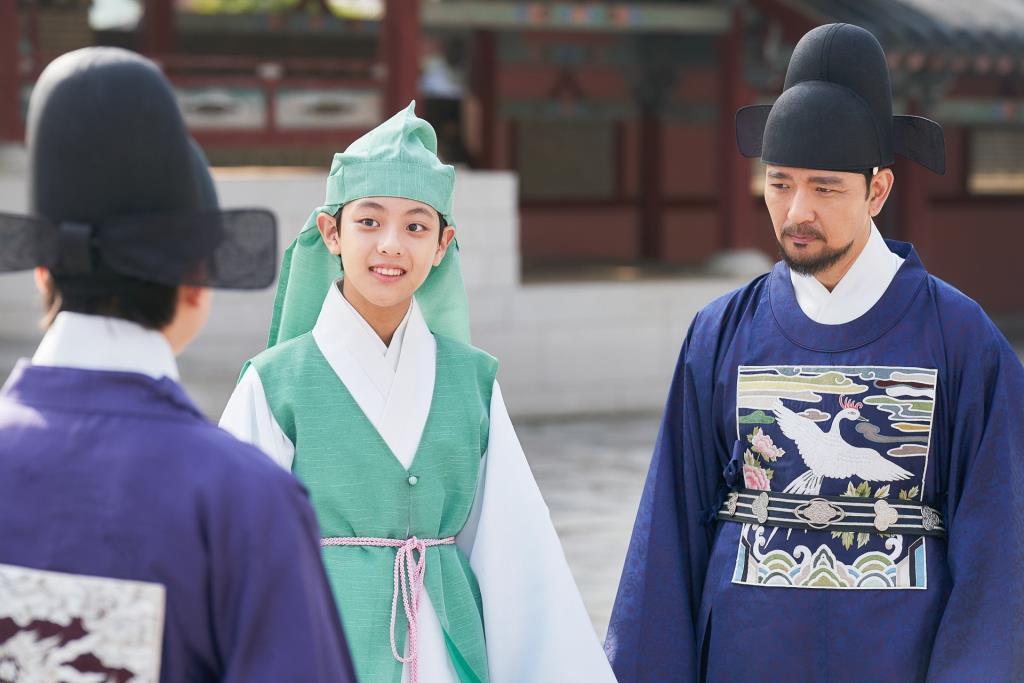เด็กชาย โกอูริม รับบท จองจีอุน (กลาง) บุตรชายของผู้ตรวจการจองซอกโจ (ขวา) ผู้สังหารองค์ชายอีฮวี