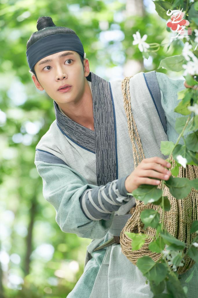 จองจีอุน (โรอุน) ได้เจอกับ รัชทายาทอีฮวี (พัคอึนบิน) กลางป่า