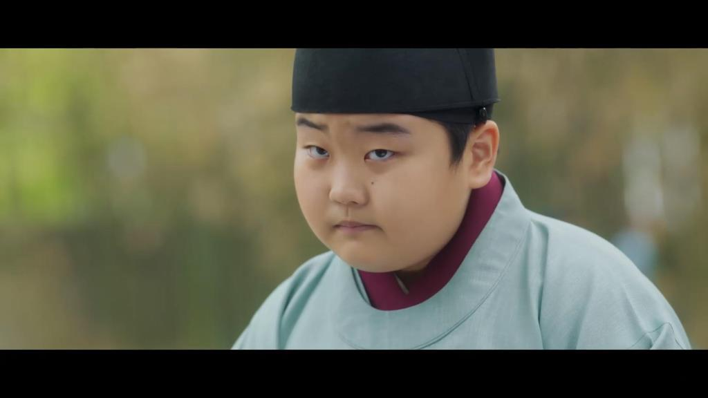 ขันทีน้อย ฮงบกดง รับบทโดย เด็กชาย คิมกอน ผู้รู้ความลับองค์ชายอีฮวีกับองค์หญิงแฝด