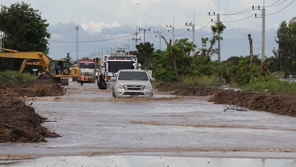 น้ำท่วมอยุธยาขยายวงกว้างเป็น 11 อำเภอ ถนนสายบางบาล-ผักไห่น้ำท่วมสูงกว่า 30 ซม.