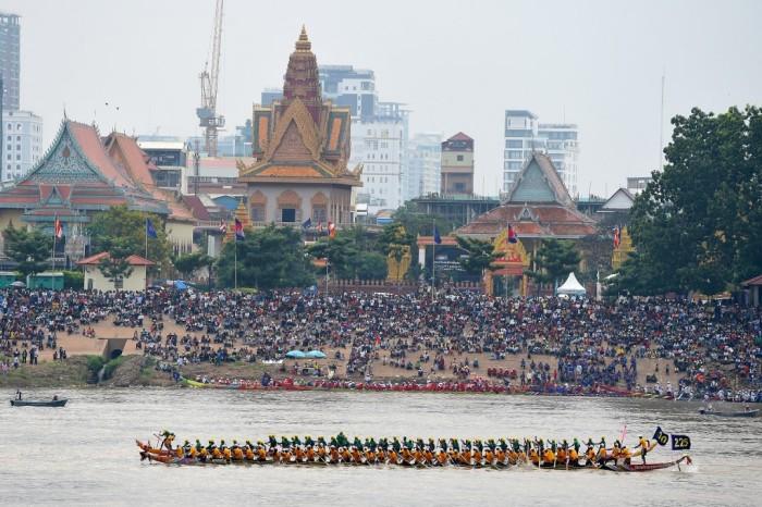 แฟ้มภาพเอเอฟพีปี 2562 ชาวเขมรนั่งชมการแข่งเรือยาวในงานเทศกาลน้ำ ที่จัดขึ้นในกรุงพนมเปญ.