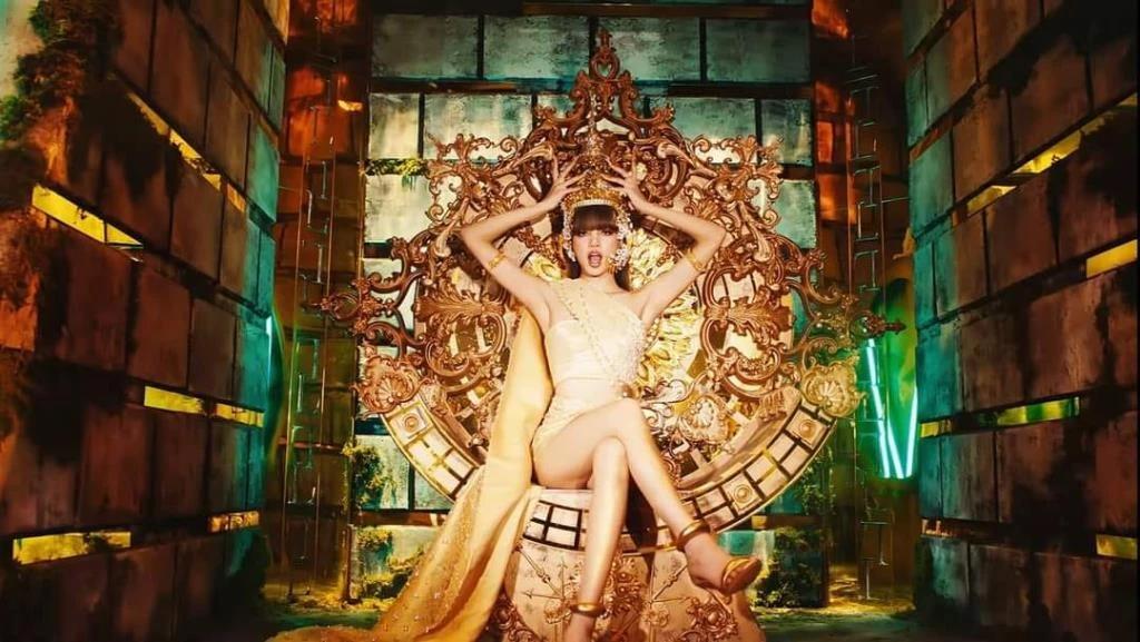 ลิซ่า แบล็กพิงก์ ศิลปินชาวไทยชื่อก้องโลก (ภาพจาก MV เพลง Lalisa)