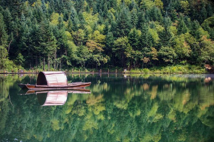 ทิวทัศน์ทะเลสาบเจ๋อตังที่วนอุทยานระดับชาติในอำเภอตังฉาง เมืองหล่งหนาน มณฑลกานซู่ทางตะวันตกเฉียงเหนือของจีน วันที่ 26 ส.ค. 2021