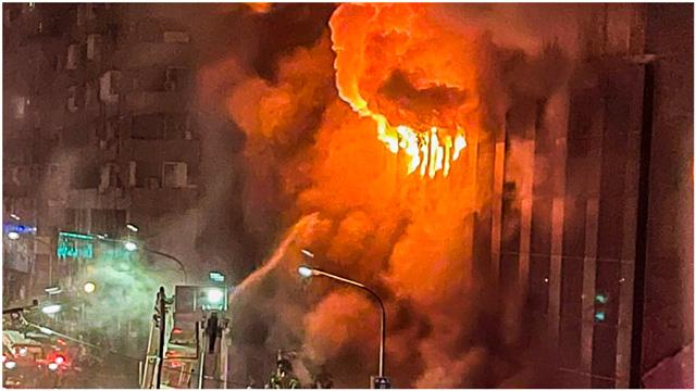 เพลิงไหม้ใหญ่ที่อาคารเฉิงจงเฉิง เขตเหยียนเฉิง นครเกาสง ซึ่งเป็นอาคารที่พักอาศัยก่อสร้างมาแล้ว 40 ปี