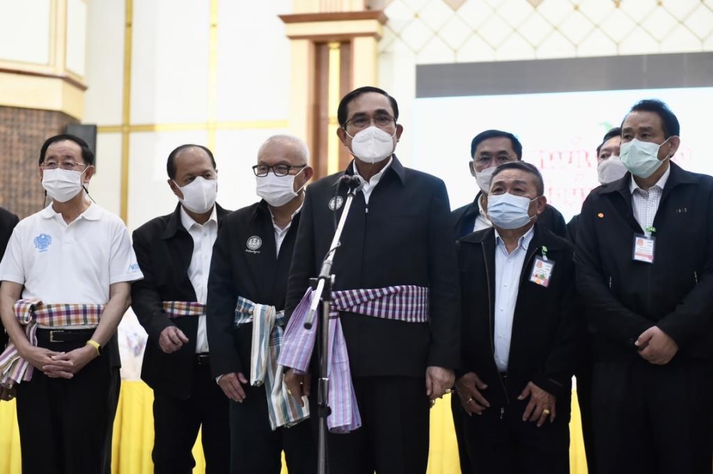 """""""บิ๊กตู่"""" หยอดฝากใจชาวอุบลขอเวลาทำสัญญาให้สำเร็จ ขอคนไทยรักสามัคคี เจอนศ.บุกป่วน"""