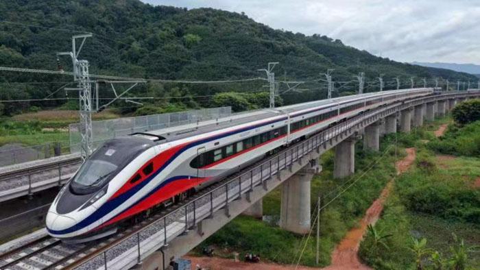 """รถด่วนขบวน """"ล้านช้าง"""" ถึงเวียงจันทน์แล้ว ยลโฉมภายนอก-ภายในรถไฟลาวจีน"""