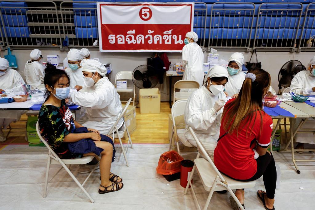 กรุงเทพฯ ครองอันดับ 1 ฉีดวัคซีนโควิด-19 เข็มแรกมากสุด 105 % 77 จังหวัดทั่วไทยฉีดวัคซีนแล้ว 65 ล้านโดส