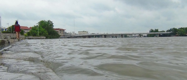 ชาวแปดริ้วถึงผวาหลังน้ำจากแม่น้ำบางปะกงเอ่อท่วมบ้านเรือน- ถนนในเขตเทศบาลฯ
