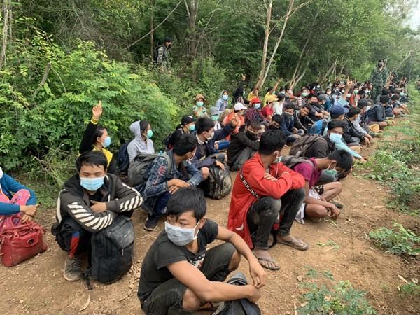 ไม่รอด ! รวบ 120 หนุ่มสาวชาวเมียนทะลักเข้าไทย ยอมจ่ายค่าหัว 17,000 - 20,000 บาท