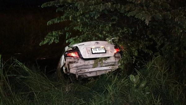 สลด! หนุ่มวัย 22 ปี ขับเก๋งเสียหลักตกถนน เดินหาคนช่วยเหลือสุดท้ายถูกรถปริศนาชนร่างกระเด็นเสียชีวิต