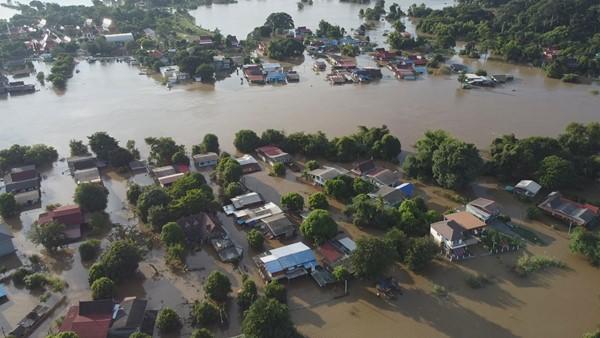 ชาวบ้านบ้านกุ่ม บางบาลอ่วม น้ำไม่ลดเลย เตรียมค้อนไว้ทุบกระเบื้องหลังคาแล้ว