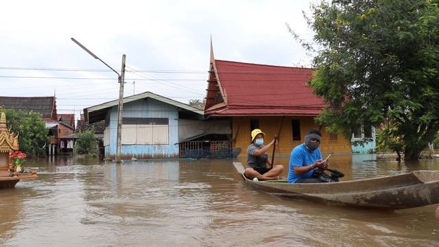 ชาวกรุงเก่า เซ็งน้ำท่วมว่าลำบาก เจอน้ำขึ้นๆลงๆ ต้องมาล้างขี้โคลนพื้นกระดานบ้านรอบ 2 เผยถ้ามีรอบ 3 ประกาศขายบ้านพร้อมแถมน้ำไปด้วย