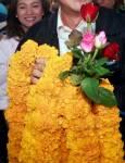 """""""พวงมาลัยดอกดาวเรือง"""" วัฒนธรรมโชว์พาว...การเมืองไทย"""
