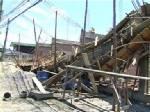 คานก่อสร้างอาคารพาณิชย์ในกรุงเก่าถล่ม คนงานพม่าเจ็บ 3 ราย (ชมคลิป)