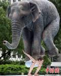 รูปปั้นชายแบกช้าง สะท้อนความกดดันของคนยุคใหม่