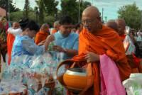 """พสกนิกรบุรีรัมย์กว่า 1,000 คนทำบุญตักบาตร """"วันแม่แห่งชาติ""""(ชมคลิป)"""