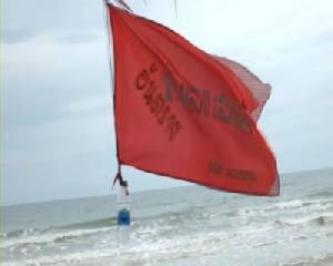 """ปัก """"ธงแดง"""" ชายทะเลเมืองจันท์ ห้ามนักท่องเที่ยวเล่นน้ำ หลังมีคลื่นลมแรง"""