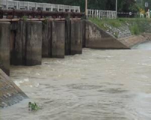 ชลประทานจันท์เร่งพร่องน้ำลงทะเลรับปริมาณฝนที่ตกลงมาต่อเนื่อง