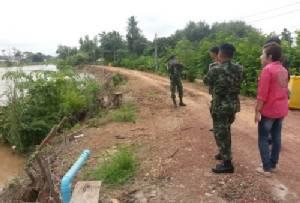 """""""สุโขทัย"""" เตรียมรับมือน้ำท่วม ทหารช่วยชาววัดโบสถ์ซ่อมสะพานแล้ว"""