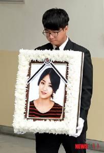 """เผยภาพพิธีศพ """"อึนบี"""" เพื่อนร่วมวงร้องไห้หนัก ด้าน """"โซจอง"""" เสียโฉมรอผ่าตัดยังไม่รู้เพื่อนเสียชีวิต"""