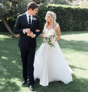 """""""วาเนสซา ฮัดเจนส์""""รับหน้าที่เพื่อนเจ้าสาวส่ง""""แอชลีย์ ทิสเดล""""เข้าพิธีแต่งงาน"""