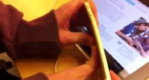 มะกันแห่เข้าร้าน Apple Store ลองบิด iPhone 6 หลัง 2 วัยรุ่นผู้ดีนำร่อง