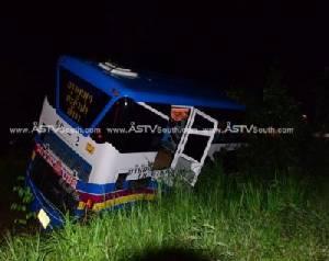 ระทึก! รถทัวร์เสียหลักตกร่องกลางถนนที่ชุมพร คนขับ คนโดยสารเจ็บ