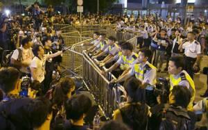 """ฮ่องกงปรามม็อบอย่ายึดอาคารราชการ หลัง """"ปักกิ่ง"""" ประกาศหนุนผู้ว่าฯ เต็มที่"""