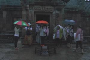 """นักท่องเที่ยวยังเฝ้ารอชมมหัศจรรย์อาทิตย์ตกตรง 15 ช่องประตู """"ปราสาทพนมรุ้ง"""""""