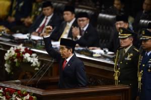 """In Pics: """"โจโค วิโดโด"""" เข้าพิธีสาบานตนรับตำแหน่ง """"ปธน.อินโดนีเซีย"""" วอนทุกฝ่าย """"สามัคคี-ร่วมปฏิรูปบ้านเมือง"""""""