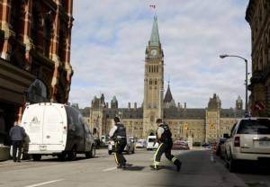 """ผู้นำแคนาดาลั่นไล่ล่าก่อการร้าย เผย ตร.สภาวัย 58 คือผู้สังหารมือปืนมุสลิมบุก """"รัฐสภา"""""""