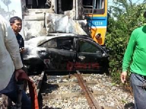 ม้าเหล็กพุ่งชนเก๋งไฟลุกไหม้ดับ 2 รายคาซากรถ ที่เมืองเพชรฯ (ชมคลิป)