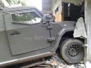 ภาพระทึก! วินาทีเจ้าหน้าที่ใช้รถหุ้มเกราะพุ่งชนแหล่งซ่องสุมโจรใต้