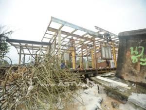 """หมู่บ้าน """"บาเฆะ"""" ริมชายฝั่งนราฯ ถูกคลื่นกัดเซาะนานกว่า 15 ปี หวั่นถูกลบหายจากแผนที่"""