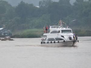 นักท่องเที่ยวร่วมร้อยชีวิต ประเดิมเรือไทยล่องโขงลงหลวงพระบางวันเดียวถึง