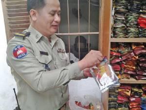 ตำรวจเขมรทลายแหล่งผลิตกาแฟปลอมทำจากถั่วลิสง ข้าวโพดคั่วบด