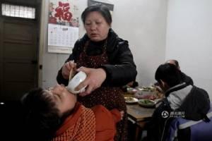 เธอแกร่งมาก! สาวจีนพิการสมองเพียรใช้เท้าจิ้มคอมพิวเตอร์แต่งนิยายรัก