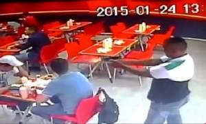 คลิปสุดช็อก!! จ่อยิงหัวเหยื่อกลางร้านอาหารฟาสต์ฟูดในปานามา