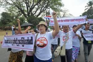 """พม่าประกาศ """"บัตรขาว"""" หมดอายุสิ้นเดือน มี.ค. หลังประชาชนรวมตัวประท้วง"""