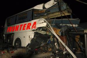 เกิดอุบัติเหตุรถไฟขนสินค้าพุ่งชนรถบัสโดยสารในเม็กซิโก สังเวยอย่างน้อย  16 ศพ คาดยอดตายอาจเพิ่ม