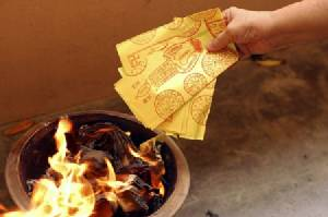 """วิจัยพบเผา """"กระดาษเงินทอง"""" ขี้เถ้ามีสารก่อมะเร็งสูงกว่าอากาศ 60 เท่า"""