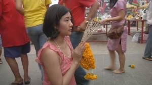 คนไทยเชื้อจีนขอนแก่นพาครอบครัวกราบไหว้ศาลเจ้า